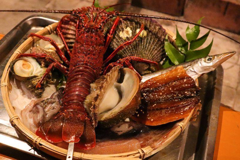 海天一色的「海女小屋さとうみ庵(Ama Hut SATOUMIAN)」, 享受~海女素潛抓上岸,海女親手炭烤的活跳海鮮饗宴。