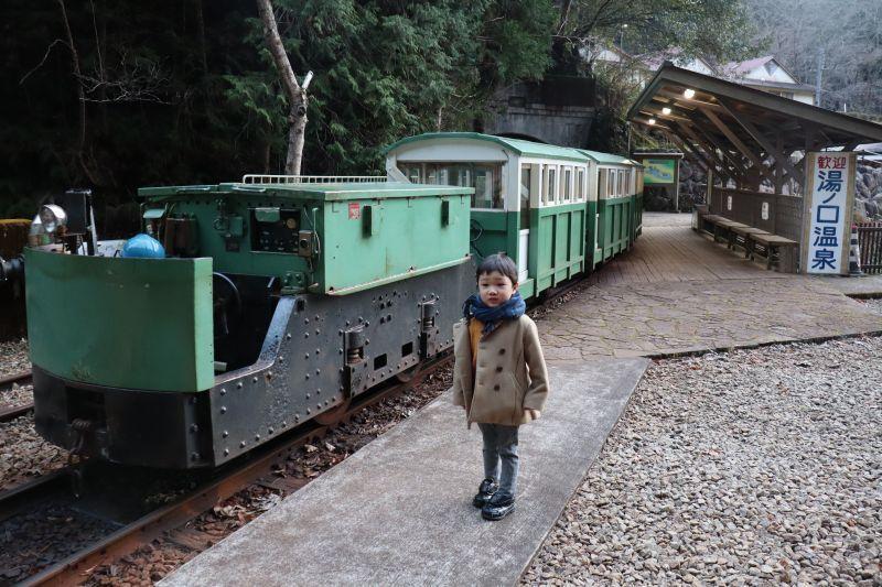 峰迴路轉,湯之口溫泉就在燈火闌珊處。搭乘礦坑列車,感受一下古早味的顛簸小路吧!「湯之口溫泉 礦坑列車」