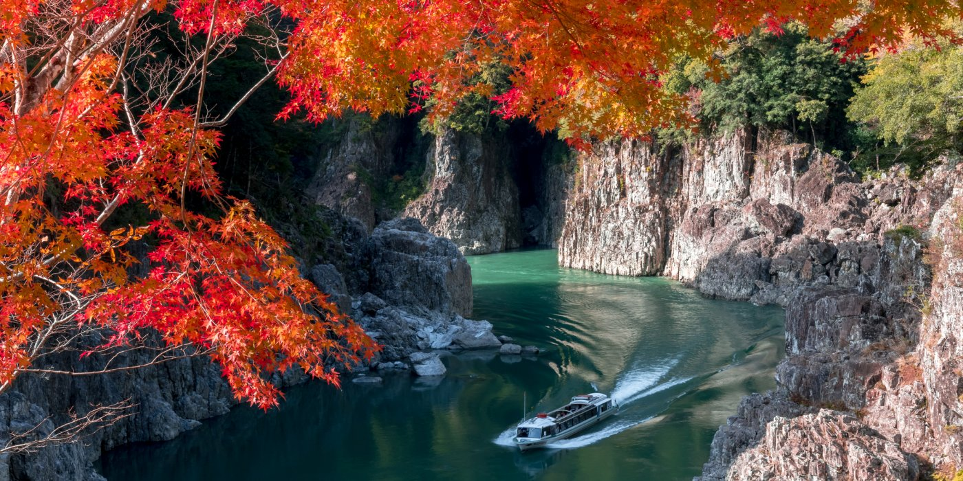 奇岩與翠綠的水面,展現出大自然鬼斧神工的藝術