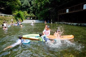 "It is different from both river and pool? ""tadokyo (tadokyo) nature pool"" feels good with cold water flowing from river of nature! Spot that is excellent at cost performance, and can play with water happily!"